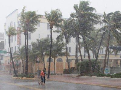 Deux personnes dans une rue de Miami Beach avant l'arrivée de l'ouragan Irma, le 9 septembre 2017    SAUL LOEB [AFP]