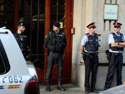 La garde civile espagnole devant le bâtiment des affaires économiques du gouvernement catalan, le 20 septembre 2017 lors de perquisitions à Barcelone    Josep LAGO [AFP]
