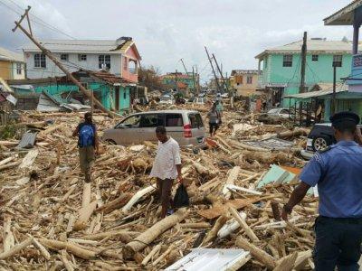 Une rue de Roseau, capitale de la Dominique, le 21 septembre 2017 après le passage de l'ouragan Maria - STR [AFP]