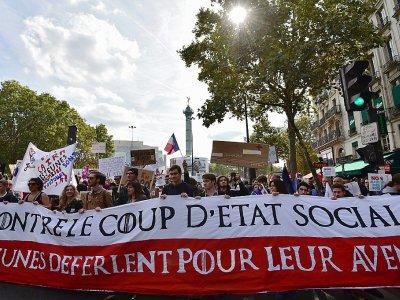 """Des manifestants marchent derrière une banderole """"contre le coup d'Etat social"""", répondant à la mobilisation lancée par Jean-Luc Mélenchon contre la réforme du code du travail, le 23 septembre 2017 à Paris. - CHRISTOPHE ARCHAMBAULT [AFP]"""