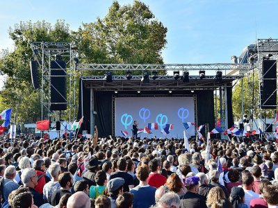 Jean-Luc Mélenchon (C) Place de la République à Paris, le 23 septembre 2017 - CHRISTOPHE ARCHAMBAULT [AFP]