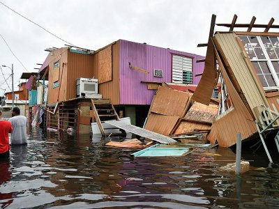Maisons détruites et rue inondée à Juana Matos, sur l'île de  Porto Rico, le 21 septembre 2017 après le passage de l'ouragan Maria - HECTOR RETAMAL [AFP]