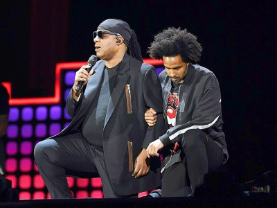 A genoux : Stevie Wonder et son fils Kwame Morris, le 23 septembre 2017 lors d'un concert du Global Citizen Festival, au Central Park de New York    ANGELA WEISS [AFP]