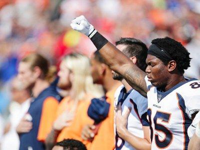Le geste de protestation de Virgil Green, N.85 des Denver Broncos, avant le match de NFL sur la pelouse des Buffalo Bills, le 24 septembre 2017 à Orchard Park    Brett Carlsen [Getty/AFP]