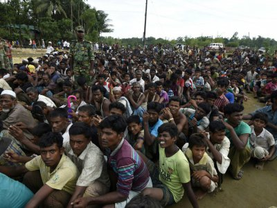 Des réfugiés rohingyas musulmans attendent une distribution de nourriture au camp de Balukhali, près de Gumdhum, le 26 septembre 2017 au Bangladesh    DOMINIQUE FAGET [AFP]