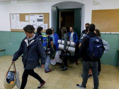 Des partisans du référendum d'indépendance s'installent pour la nuit dans un établissement scolaire de Figueras, en Catalogne, le 30 septembre 2017    CESAR MANSO [AFP]