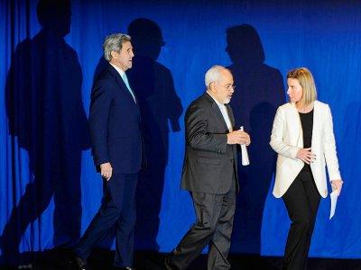 Le secrétaire d'Etat américain John Kerry (g), les chefs de la diplomatie iranienne Mohammad Javad Zarif et européenne Federica Mogherini, le 2 avril 2015 à Lausanne - FABRICE COFFRINI [AFP/Archives]