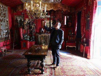 Gérard Audinet dans une des pièces de Hauteville House à Saint-Pierre-Port sur l'île de Guernsey, le 3 octobre 2017    CHARLY TRIBALLEAU [AFP/Archives]