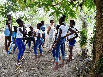 La ministre des Outremer Annick Girardin (c), parle avec des adolescentes à Maripasoula, en Guyane, le 26 octobre 2017 - ALAIN JOCARD [AFP]