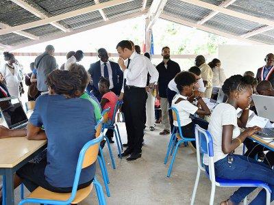 Emmanuel Macron en visite dans une école de la commune de Maripasoula, en Guyane, le 26 octobre 2017 - ALAIN JOCARD [AFP]