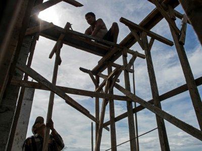 Des travailleurs construisent un hôtel à Myeik, en Birmanie, le 12 mai 2017    Ye Aung THU [AFP/Archives]