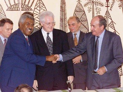 Lionel Jospin (C), entouré de Roch Wamytan (FNLKS) (G) et Jacques Lafleur (RPCR) (D), après la signature de l'accord de Nouméa, pour instaurer en Nouvelle-Calédonie un processus de décolonisation, le 5 mai 1988 - PASCAL GUYOT [AFP/Archives]