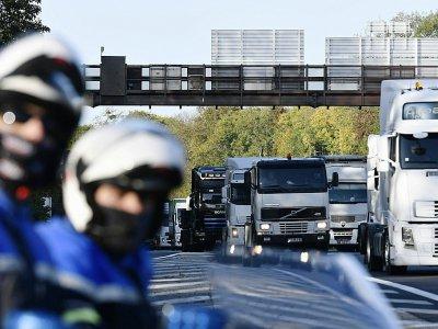 Des camions bloquent la circulation lors d'une opération escargot des forains, le 6 novembre 2017 à la périphérie de Paris - PHILIPPE LOPEZ [AFP]