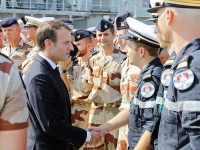 Le président français Emmanuel Macron rend visite aux troupes françaiseq sur une base navale à Abou Dhabi, le 9 novembre 2017    ludovic MARIN [AFP]