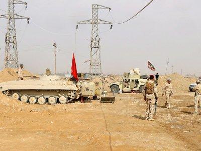 Des forces irakiennes se tiennent près du poste Al-Qaïm à la frontière avec la Syrie le le 8 novembre 2017    Suleiman al-ANBARI [AFP]