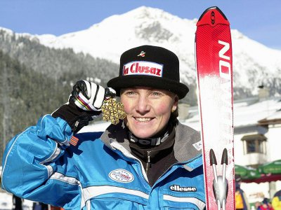 La Française Régine Cavagnoud pose avec sa médaille d'or après sa victoire au super-G des Mondiaux à St Anton en Autriche, le 29 janvier 2001 - PASCAL GEORGE [AFP/Archives]