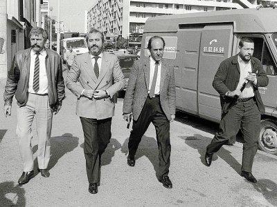 Le juge antimafia italien Giovanni Falcone (2e G) ici entouré de gardes du corps armés, le 21 octobre 1986 à Marseille, sera assassiné en 1992 en Sicile - GERARD FOUET [AFP/Archives]