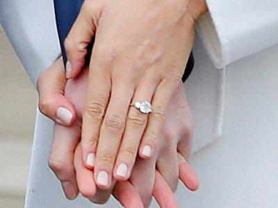 La bague offerte par le prince Harry au doigt de sa fiancée, l'actrice américaine Meghan Markle lors d'une rencontre avec les photographes le 27 novembre 2017 à Kensington Palace à Londres.    Daniel LEAL-OLIVAS [AFP]