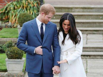 Le prince Harry et sa fiancée, l'actrice américaine Meghan Markle posent devant les photographes à Kensington Palace à Londres le 27 novembre 2017.    Daniel LEAL-OLIVAS [AFP]