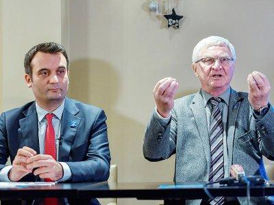 Le président du parti Les Patriotes Florian Philippot et le député José Evrard, lors d'une conférence de presse à Lens le 27 novembre 2017    PHILIPPE HUGUEN [AFP/Archives]