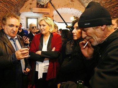 Marine Le Pen parle aux clients d'un bar à Pruno en Corse le 26 novembre 2017, lors d'une visite pour soutenir Charles Giocomi    PASCAL POCHARD-CASABIANCA [AFP/Archives]