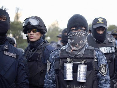 """Manifestation de membres des """"Cobras"""", les unités de la police anti-émeute, le 4 décembre 2017 à Tegucigalpa    JOHAN ORDONEZ [AFP]"""