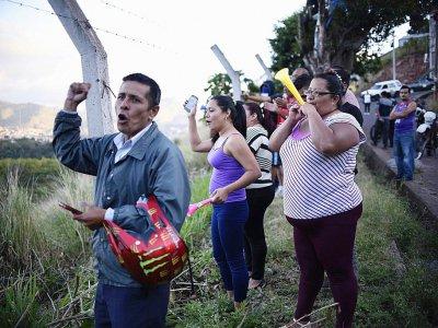 """Des habitants acclament des membres des """"Cobras"""" les unités de la police anti-émeute, le 4 décembre 2017 à Tegucigalpa    JOHAN ORDONEZ [AFP]"""