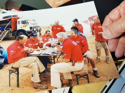 Johnny Hallyday sur le bivouac du team Dessoude en 2002    © André Dessoude_collection personnelle