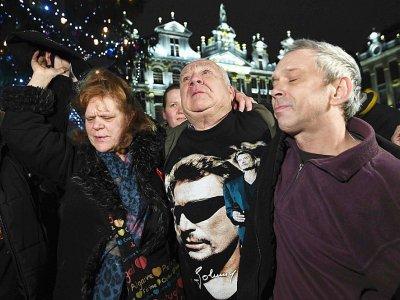 Des fans de Johnny Hallyday rendent hommage au chanteur sur la Grand-Place de Bruxelles, le 6 décembre 2017 - EMMANUEL DUNAND [AFP]
