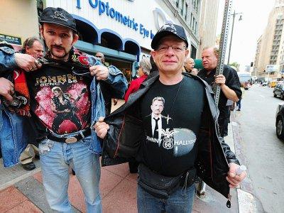 Des fans montrent leurs t-shirt à l'effigie de Johnny Hallyday avant d'assister à son concert à l'Orpheum Theatre de Los Angeles, le 24 avril 2012 - FREDERIC J. BROWN [AFP/Archives]