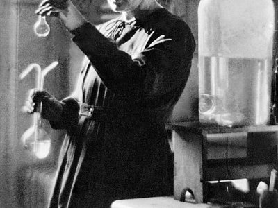 Photo datant de 1925 du Professeur Marie Curie en train de travailler dans le laboratoire de l'université à Paris