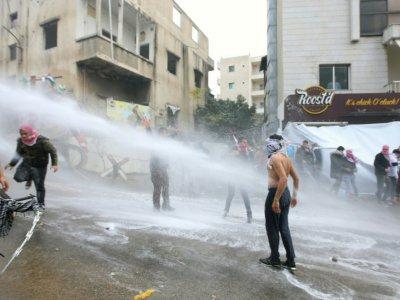 Les forces de sécurité libanaises font usage de canons à eau pour disperser les manifestants près de l'ambassade des Etats-Unis au nord de Beyrouth, le 10 décembre 2017    ANWAR AMRO [AFP]