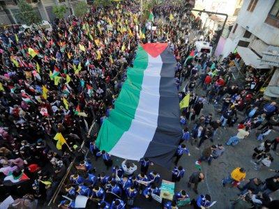 Des partisans du mouvement libanais Hezbollah défilent avec un drapeau palestinien géant à Beyrouth le 11 décembre 2017    Joseph EID [AFP]