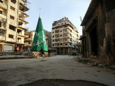 Un sapin de Noël se dresse au milieu des destructions dans la vieille ville syrienne de Homs, où les chrétiens vont célébrer Noël pour la première fois depuis des années, le 17 décembre 2017    Youssef KARWASHAN [AFP]