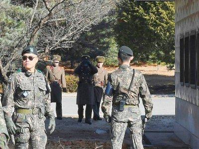 Des soldats nord-coréens et sud-coréens s'observent, dans le village de Panmunjom, dans la zone démilitarisée qui sépare les deux Corées le 27 novembre 2017 - - [KOREA POOL/AFP]