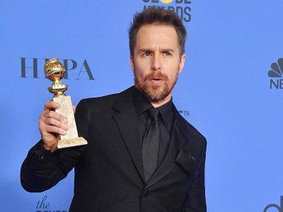 """Sam Rockwell dimanche 7 janvier brandissant son Golden Globe du meilleur second rôle dans  """"3 Billboards - Les panneaux de la vengeance - Frederic J. BROWN [AFP]"""