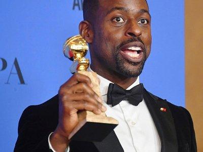 """Sterling K. Brown, dimanche 7 janvier, avec le Golden Globe du meilleur acteur d'une série dramatique pour son rôle dans """"This is us"""". - Frederic J. BROWN [AFP]"""