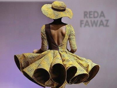 Un mannequin présente un modèle de Reda Fawaz, styliste le plus célèbre de Côte d'Ivoire, le 26 novembre 2016 à Abidjan - ISSOUF SANOGO [AFP/Archives]