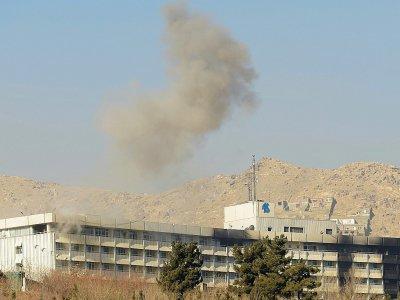 De la fumée s'échappe de l'hôtel Intercontinental de Kaboul pendant la bataille entre les assaillants talibans et les forces de sécurité afghanes, le 21 janvier 2018    SHAH MARAI [AFP]