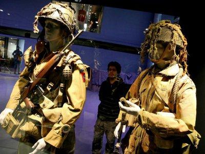 Des uniformes des parachutistes américains exposés au musée Guerre et Paix à Novion-Porcien, en France, le 21 janvier 2018 - FRANCOIS NASCIMBENI [AFP]