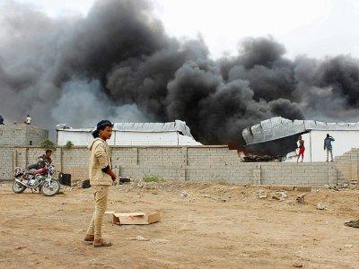 Dans la fumée s'élève au dessus d'un camp militaire dans le nord de la ville d'Aden, le 31 janvier 2018, après les combats entre des forces séparatistes du sud du Yémen et des troupes gouvernementales - SALEH AL-OBEIDI [AFP]