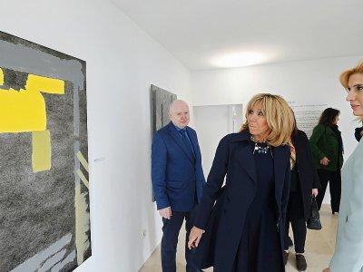 Photo de Brigitte Macron lors de la visite de la villa du couturier Azzedine Alaïa, le 1er février 2018 à Sidi Bou Saïd, près de Tunis    FETHI BELAID [AFP]