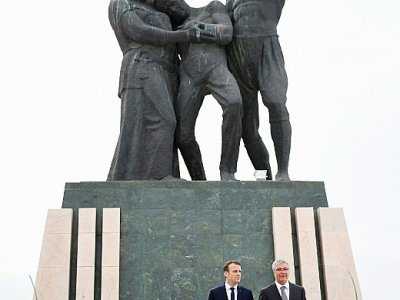 Le président français Emmnuel Macron et le ministre tunisien de la Défense, Abdelkarim Zebidi, devant le monument des martyrs de l'indépendance, le 1er février 2018 à Tunis    Eric FEFERBERG [POOL/AFP]