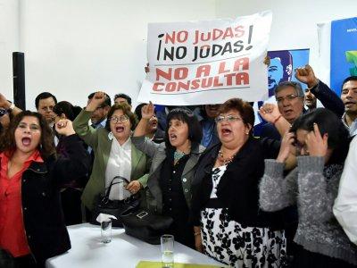 """Des partisans de Rafael Correa appellent à voter """"Non"""" au référendum équatorien, à Quito, le 3 janvier 2018 - Rodrigo BUENDIA [AFP/Archives]"""