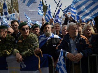 Des vétérans brandissent des drapeaux grecs à Athènes, lors d'une manifestation contre un compromis sur le nom de la Macédoine, envisagé par le gouvernement, le 4 février 2018    ANGELOS TZORTZINIS [AFP]