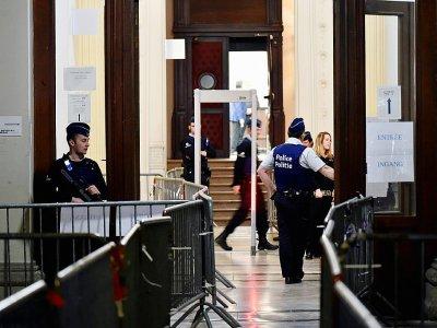 Des policiers devant l'entrée du Palais de Justice de Bruxelles, avant l'ouverture du procès de Salah Abdeslam, le 5 février 2018    JOHN THYS [AFP]