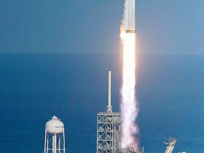 La fusée SpaceX Falcon Heavy décolle pour son vol inaugural le 6 février 2018 de Cap Canaveral en Floride (sud -est des Etats-Unis) - JIM WATSON [AFP]