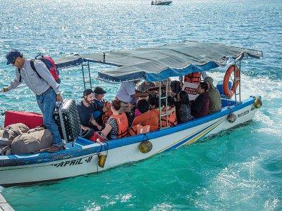 Un groupe de touristes arrive par bateau sur l'île de Santa Cruz, le 21 janvier 2018 aux Galapagos    Pablo COZZAGLIO [AFP]