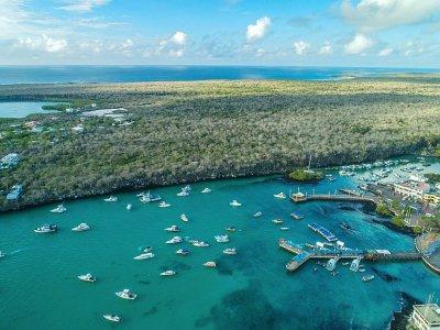 Vue aérienne de Puerto Ayora Bay sur l'île de Santa Cruz, le 21 janvier 2018 aux Galapagos    Pablo COZZAGLIO [AFP]