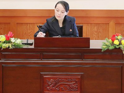 """Kim Yo Jong écrit sur le livre d'or de la """"Maison bleue"""", la présidence sud-coréenne à Séoul, le 10 février 2018 - - [YONHAP/AFP]"""